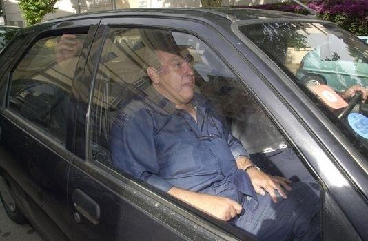 Michel TOMI quitte les locaux de la brigade financière de la police judiciaire d'Ajaccio, le 18 juin 2001.   AFP